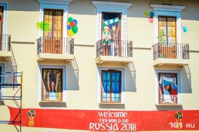 Художники завершили роспись фасада дома со «счастливыми ростовчанами»