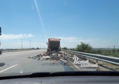 Водитель мусоровоза выбросил кучу отходов на трассе между Ростовом и Азовом