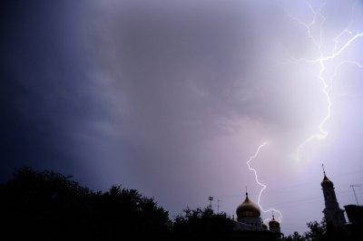 В Шахтах молния насмерть поразила беременную девушку, еще пять человек госпитализированы