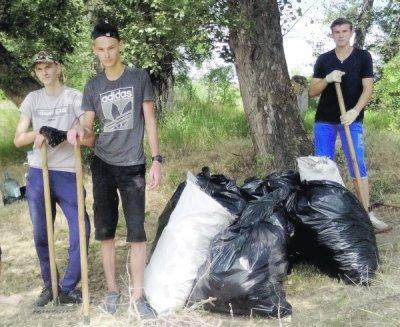 Студенты из БКТТ очистили от мусора участок в Рудаковском лесу