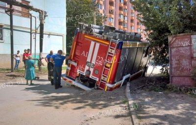 В Таганроге пожарная машина провалилась под землю