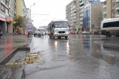 В Ростове мужчина украл водосточные решетки