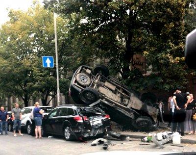 Три человека ранены, пять машин разбиты: в центре Ростова произошла серьезная авария