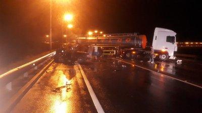 Под Ростовом Mercedes на большой скорости протаранил бензовоз: погиб водитель легковушки