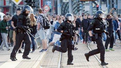 В Германии расследуют использование запрещенной символики на акции в Галле
