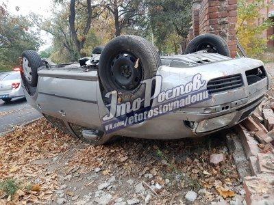 Неудачный маневр: в Ростове машина опрокинулась на крышу