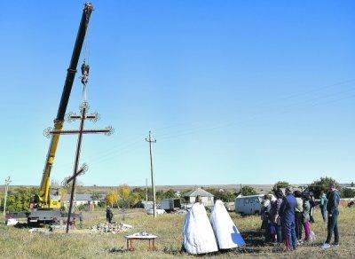 На въезде в х. Нижнепопов установили поклонный крест