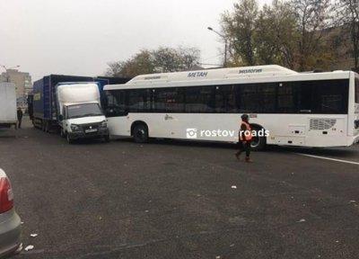 В Ростове новый автобус выкатился на дорогу и протаранил «Газель», пока водитель был в магазине