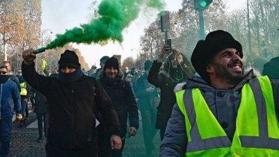 В Париже из-за поджога баррикады протестующими загорелась кофейня