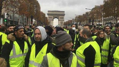 В Париже участники протеста направляются к резиденции президента