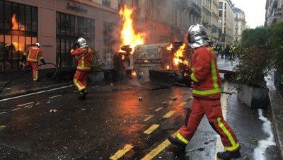 В Париже около десяти машин сожгли в ходе акции протеста