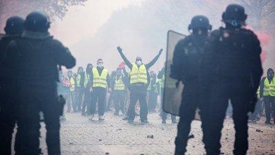 В Париже демонстранты повредили автомобиль грузинского посольства