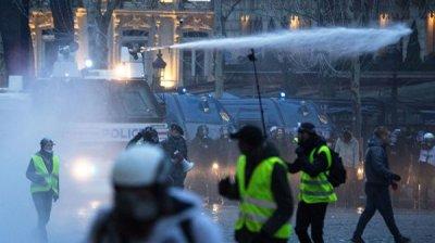 Во Франции в субботу на акциях протеста задержали более 350 человек