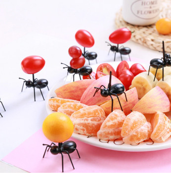 Канапе для фруктов в виде муравьёв