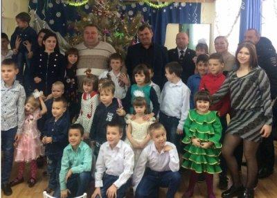 Белокалитвинские полицейские поздравили детей реабилитационного центра с Новым годом и Рождеством