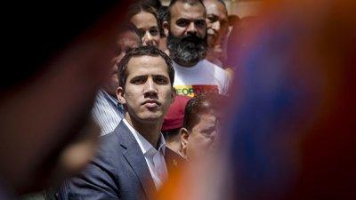 Гуаидо призвал венесуэльцев идти к казармам и требовать гумпомощь