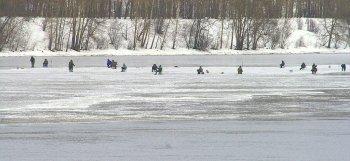 В Белой Калитве водитель такси спас рыбака, который провалился под лёд