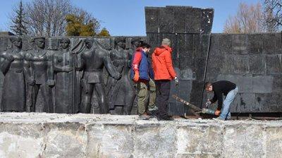 Медведчук раскритиковал снос стелы Монумента славы во Львове