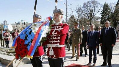Медведев возложил венок к памятнику Неизвестному Солдату в Софии