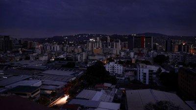 В посольской зоне Каракаса отключили свет