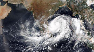 В Индии около миллиона человек эвакуируют из-за приближающегося циклона