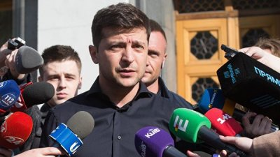 Зеленский призвал спикера Рады созвать внеочередное заседание