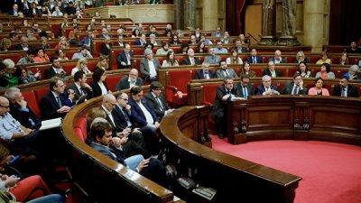 В Испании приостановили действие мандатов заключенных каталонских депутатов