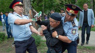 В Казахстане на несанкционированных митингах задержали около 500 человек