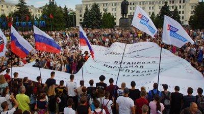 В Луганске развернули самую большую копию российского паспорта