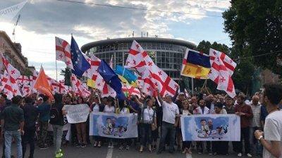 В центре Тбилиси митингующие начали массовое шествие