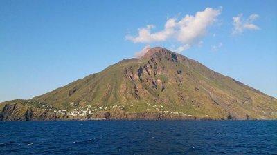 Извержение вулкана Стромболи не помешает отдыху туристов, заявили в АТОР