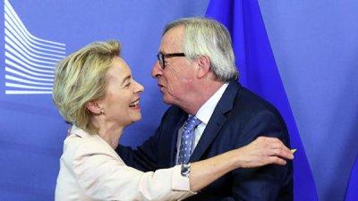 На встрече в ЕК Юнкер обнял и расцеловал свою возможную преемницу Ляйен
