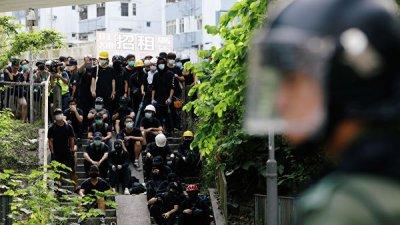 Полиция применила перцовый газ против митингующих возле аэропорта Гонконга