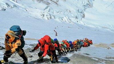 Непал ужесточит правила для покорителей Эвереста из-за роста числа погибших