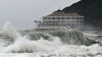 На западе Японии один человек погиб из-за тайфуна