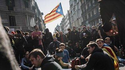 В аэропорту Барселоны произошли столкновения между митингующими и полицией