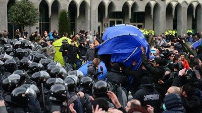 В Грузии оппозиция угрожает не впускать депутатов в здание парламента