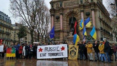 В Париже митингующих украинцев с бандеровским флагом забросали яйцами