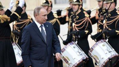Путин и Зеленский пожали друг другу руки