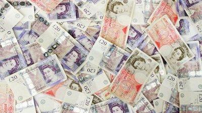 В Британии коммунальщики нашли на свалке коробку с 15 тысячами фунтов