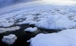 Спасатели спешат на помощь туристам, дрейфующим на льдине по Байкалу