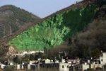 Китайцы покрасили гору в зеленый цвет