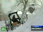 Жители Сахалина борются со снежными заносами