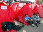 Голодовку перед киргизским парламентом досрочно завершили 30 человек
