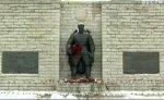 Таллинцы несут цветы к ограждению вокруг Бронзового солдата