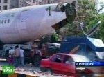 Самолет припарковался прямо на дороге