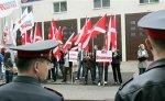В Петербурге митингующие поздравили Эстонию полутораметровой открыткой