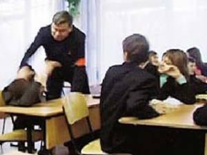 Харьковский школьник снял на видео учителя, избивающего ученика