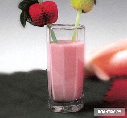 Молочный коктейль с мороженным, с бананом, с ягодами, сиропом, с...