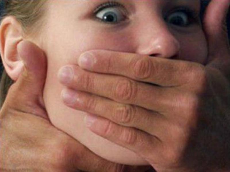 14-летнего парня арестовали за изнасилование взрослых женщин.